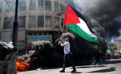 Manifestante palestiniano em Hebron. Foto de ABED AL HASHLAMOUN/EPA/Lusa.