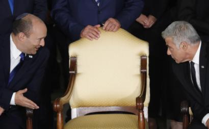O novo primeiro-ministro e o seu principal aliado num encontro com o presidente israelita. Foto de ATEF SAFADI/EPA/Lusa.