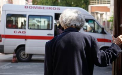 Idosa e ambulância. Foto de Paulete Matos.