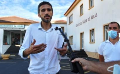António Lima em frente ao Centro de Saúde de Velas. Foto de Bloco Açores.