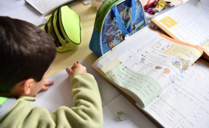 Criança a realizar tarefas escolares. Foto de Paulete Matos.