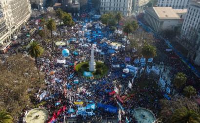Dezenas de milhares de pessoas nas ruas de Buenos Aires este sábado. Foto do Twitter.