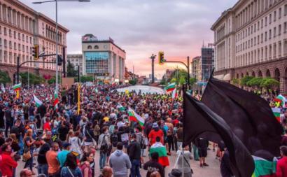 Manifestantes anti-governo na Bulgária. Foto de@georgebg_/Twitter.