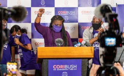 Cori Bush na conferência de imprensa após ter vencido as primárias democratas no Missouri. Foto do seu Twitter.