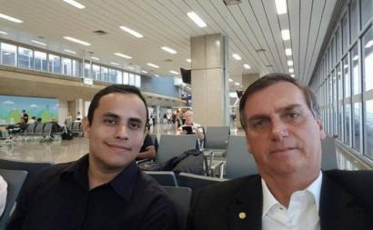 Tércio Arnaud Tomaz com Jair Bolsonaro. Foto do Facebook.