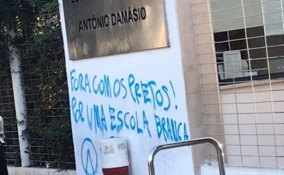 Entrada da Escola Secundária António Damásio pintada com mensagem racista. Foto de Ira Sobral no Twitter.