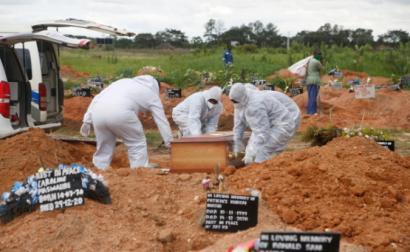 Enterro de uma vítima de covid-19 no Zimbabwe, 20 de janeiro de 2021 – Foto de Aaron Ufumeli/Epa/Lusa