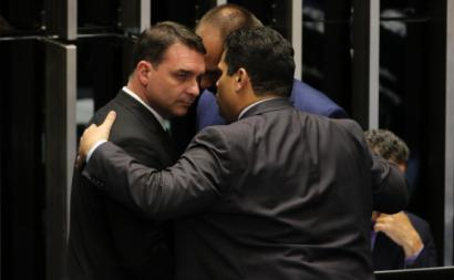 O senador Flavio Bolsonaro e o deputado Eduardo Bolsonaro, conversam com o presidente do Senado, Davi Alcolumbre. Foto de Fabio Rodrigues Pozzebom/Agência Brasil.