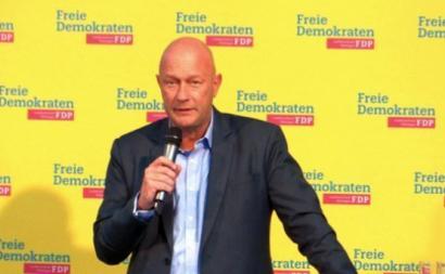 Thomas Kemmerich dos liberais do FDP foi eleito presidente do governo regional graças ao apoio do partido de extrema direita, Alternativa pela Alemanha (AfD)
