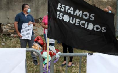 """""""Estamos esquecidos"""", protesto de feirantes junto ao Palácio da Ajuda em Lisboa, a 4 de junho de 2020 – Foto de Manuel de Almeida/Lusa"""