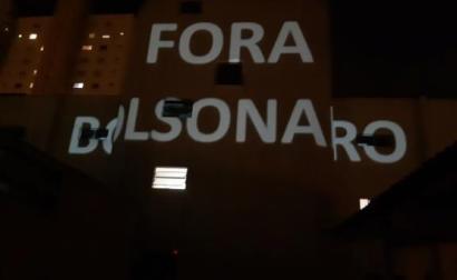 """Dizeres contra Bolsonaro projetados em fachadas de prédio durante o """"panelaço"""". Foto Mídia Ninja"""