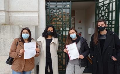Peticionárias entregam petição na Assembleia da República