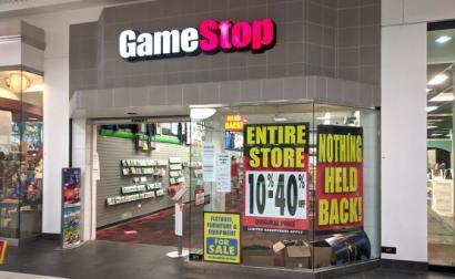 Loja da Gamestop num centro comercial na Florida em liquidação no fim de 2020.
