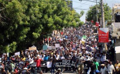 Os protestos tornaram-se uma insurreição popular com barricadas, incêndios, saques e cortes de estradas nacionais e das principais artérias da capital e das cidades da província