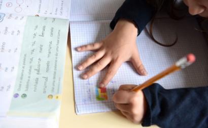 Criança em atividades escolares. Foto de Paulete Matos.