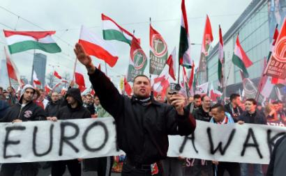 """""""Na Europa atual (em 2021) existem atualmente poucos governos de tipo neofascista: a Hungria de Orban é o principal exemplo. Mas existe um grande número de partidos com apoio de massas, que em alguns países são candidatos sérios ao poder"""" – Na foto uma ação na Hungria do Jobbik, retirada do site Outras Palavras"""