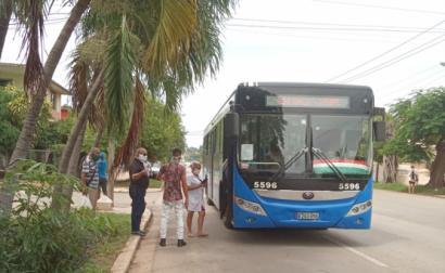 Autocarro das carreiras urbanas suspensas adstrito a carreira específica para recolher o pessoal da saúde junto a um dos Centros de Saúde.