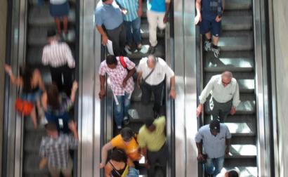 pessoas em escadas rolantes