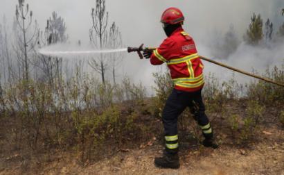 Bombeiro combate o fogo em Sarnada, Mação, 20 de julho de 2019 – Foto de Paulo Novais/Lusa