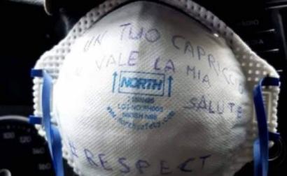 Máscara de proteção com mensagem de protesto. Foto de lavocedellelotte.it.