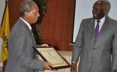 O general Kopelipa e o presidente José Eduardo dos Santos na atribuição de um diploma de mérito.