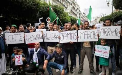 """""""Esta geração jamais fará marcha atrás"""": cartaz de manifestação. Foto de Les plus belles photos et vidéos de hirak algérien"""