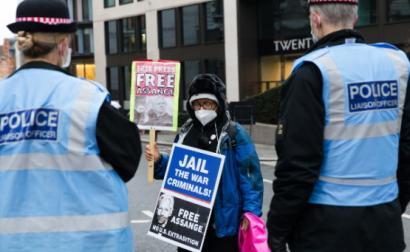 Liberdade para Assange, diz cartaz empunhado por mulher à porta do tribunal britânico que decidiu pela não extradição de Julian Assange para os EUA – Foto Vickie Flores/Epa/Lusa