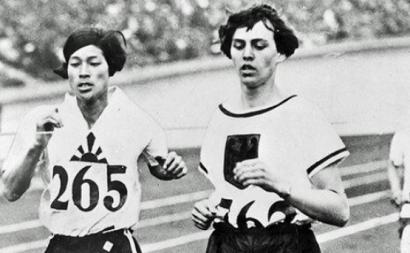 Kinue Hitomi, medalha de prata, e Lina Radke, medalha de ouro, na corrida de 800 metros mulheres nos Jogos Olímpicos de 1928 – foto de http://www.joc.or.jp/olympic/memorial/2006060803.html – domínio público