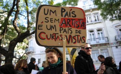 """Cartaz com a frase """"Um país sem artistas é um país de curtas vistas"""" - Foto de Paulete Matos"""