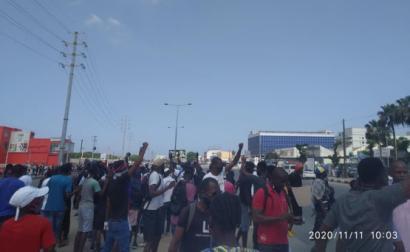 Manifestação em Luanda, que foi violentamente reprimida pela polícia do regime de João Lourenço - Foto que ativistas angolanos publicaram no facebook