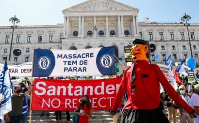 Manifestação nacional de bancários em protesto contra os despedimentos, junto ao parlamento, em Lisboa, convocada pelos sete sindicatos do setor, 13 de julho de 2021 – Foto de António Cotrim/Lusa
