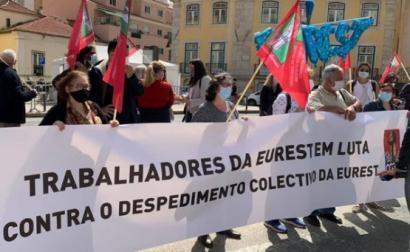 Concentração de trabalhadores da Eurest junto ao parlamento, em protesto contra despedimento coletivo, 26 de março de 2021 - Foto esquerda.net