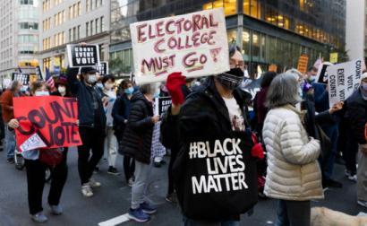 Manifestantes em Nova Iorque exigem a contagem de todos os votos, 4 de novembro de 2020