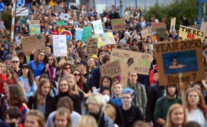 Manifestação em Varsóvia (Polónia), integrada na ação global pelo clima, 20 de setembro de 2019 - Foto de  Marcin Obara/Epa/Lusa