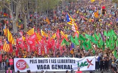"""Manifestação em Barcelona juntou mais de meio milhão de pessoas, Na frente do desfile, uma faixa """"Pelos direitos e pelas liberdades"""" das centrais sindicais que convocaram a greve geral"""