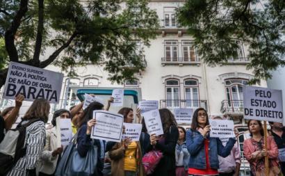 Centenas de docentes e investigadores protestaram contra a precariedade