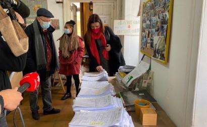 Marisa analisa as centenas de processos de regularização que a Solim gere todos os dias, acompanhada por Timóteo Macedo, presidente da associação.