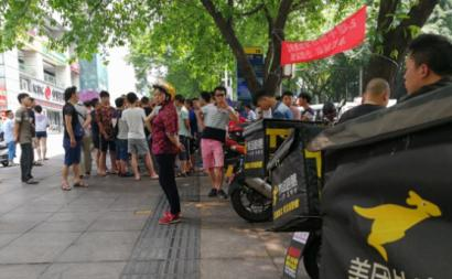 Protesto de trabalhadores de empresa de transporte de comida rápida, Chongqing – Foto de China Labour Bulletin