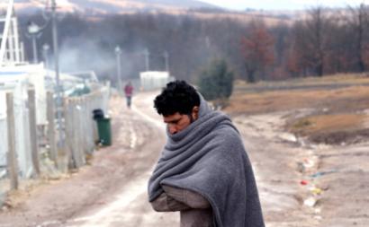 Migrantes junto ao que resta do campo de Lipa, que ardeu a 30 de dezembro, 1 de janeiro de 2021 – Foto de Fehim Demir/EPA/Lusa