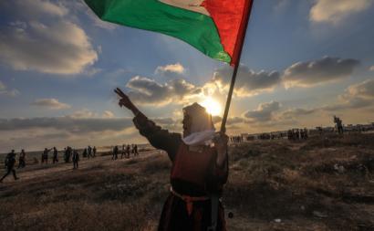 Mulher idosa protesta com bandeira da Palestina erguida, Gaza, 21 de agosto de 2021 – Foto de Mohammed Saber/Epa/Lusa