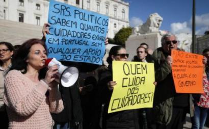 Cuidadores informais em manifestação. Foto de Tiago Petinga/Lusa.