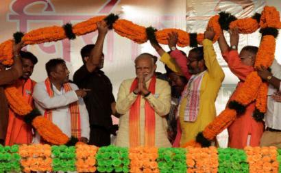 Narendra Modi é primeiro-ministro da Índia e líder do partido Janata (BJP), um partido de extrema-direita que pretende tornar o país num estado hindu, é hostil às minorias religiosas, sendo também bastante conservador e intolerante em matéria de costumes