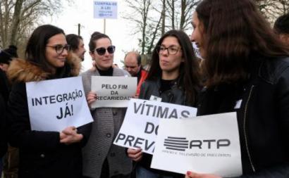 Trabalhadores precários da Rádio e Televisão de Portugal (RTP) durante uma concentração em protesto junto às instalações do Centro de Produção da RTP/ Porto, em Vila Nova de Gaia, Porto, 17 de dezembro de 2018. FERNANDO VELUDO / LUSA (arquivo).