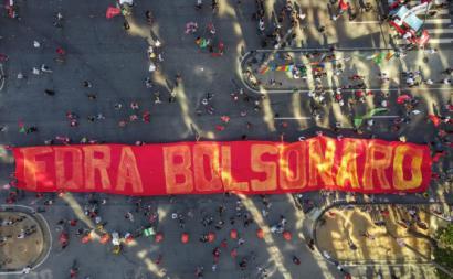 """""""Não foi negacionismo, foi corrupção"""", podia ler-se num dos milhares de cartazes com mensagens durante os protestos."""