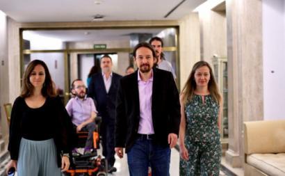 A equipa do Podemos à entrada da reunião com o PSOE, 5 de agosto de 2019: Ione Belarra, Pablo Echenique, Alberto Rodríguez, Pablo Iglesias e Victoria Rosell. Foto: Daniel Gago/Podemos.
