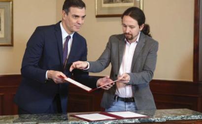 Pedro Sánchez e Pablo Iglesias assinando o acordo de coligação entre o PSOE e o Unidas Podemos.