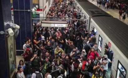 Centenas de pessoas ocupam a estação de metro Los Héroes em Santiago do Chile no dia 18 de outubro de 2019 – Foto de Alberto Pena/Epa/Lusa