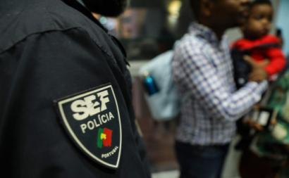 Agente do SEF no aeroporto