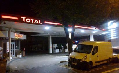 Eurodeputados bloquistas defendem exclusão da indústria dos combustíveis fósseis a fundos europeu - Estação de serviço da Total em Chaville, fonte wikipedia