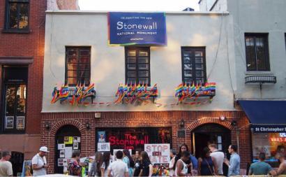 Stonewall Inn, o bar que deu nome aos motins LGBT em Nova Iorque em 1969, num evento comemorativo em 2016. Foto: Rhododendrites/Wikimedia Commons.